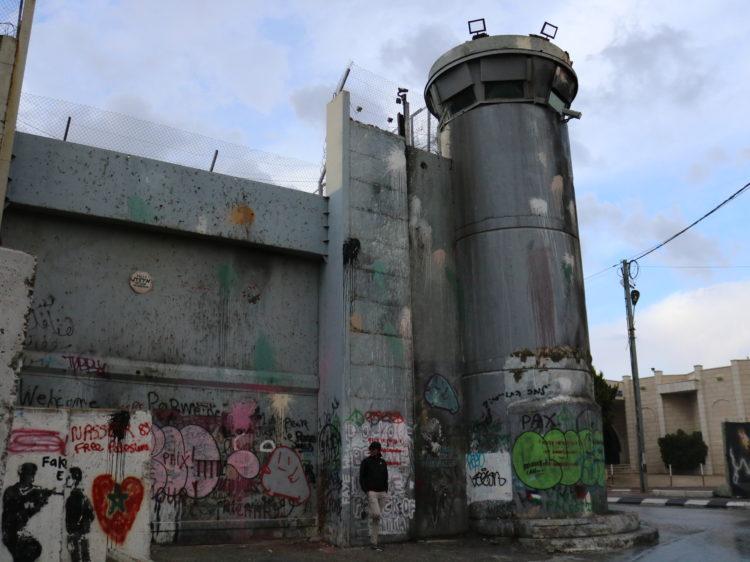 La barrière de séparation israélienne est une construction le long de la ligne verte. Longue de plus de 700 km, elle est en cours d'édification par Israël en Cisjordanie depuis l'été 2002, sous les noms officiels de גדר ההפרדה (Geder HaHafrada en hébreu ; littéralement : grillage de séparation), ou de « clôture de sécurité » (« security fence »).